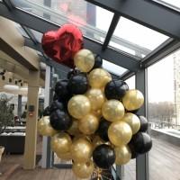 Букет воздушных черно-золотых шаров и красным  сердцем